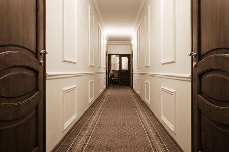ribetes: largo pasillo con una hermosa vista de la sala de