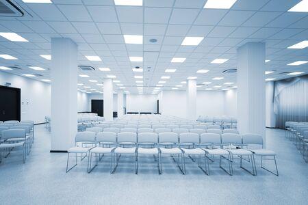 ampio e moderno auditorium bianco con tende blu Archivio Fotografico