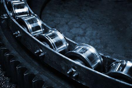 cinta transportadora: El transportador en un metal moderno funciona  Foto de archivo