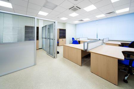mobilier bureau: nouveaux bureaux en bois dans un bureau moderne Banque d'images
