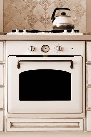 gas cooker: hervidor de agua y el gas de cocina sobre cocina moderna