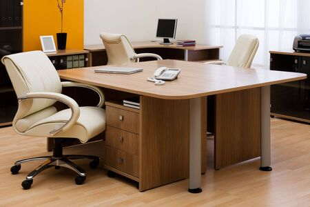 mobiliario de oficina: Nuevo port�til en un escritorio en la Oficina moderna
