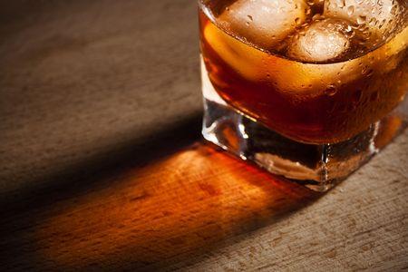 whiskey: water druppels op een glas whiskey Stockfoto