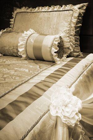 hermosos almohadas en las camas de modernos  Foto de archivo - 8222171