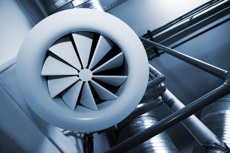 Sistema de tubos de ventilación en una fábrica moderna