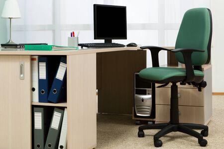 cajones: los equipos de escritorio en una oficina moderna y port�tiles Foto de archivo