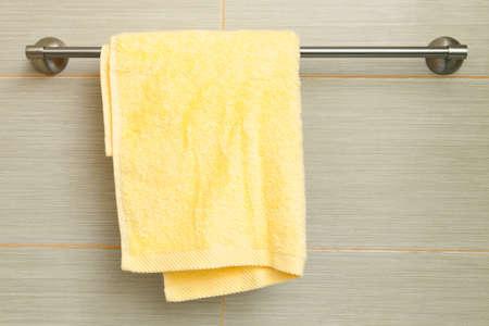 toalla: toalla amarilla en la pared en el ba�o