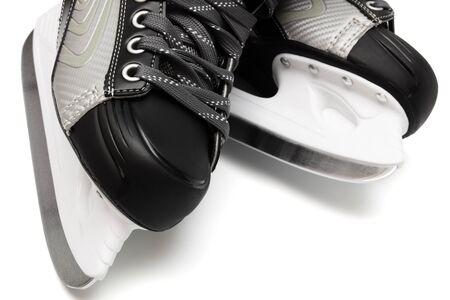 schaatsen: nieuwe en moderne zwarte schaatsen op witte achtergrond