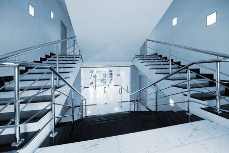 Glastüren mit der Art auf eine Marmortreppe Standard-Bild
