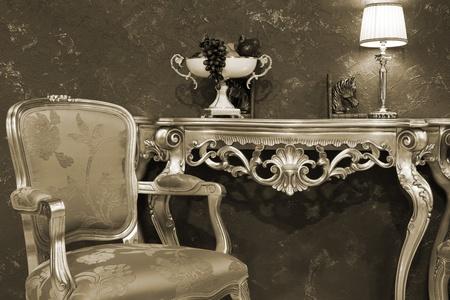 Tisch mit Obst in einem modischen Wohnung