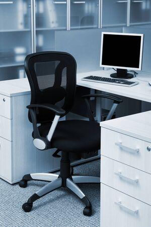 Computer auf einem Schreibtisch in einem modernen Büro