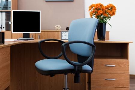 Der Monitor auf einem Schreibtisch in modernen Büro-