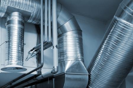 Systeem van ventileren leidingen in een moderne fabriek Stockfoto