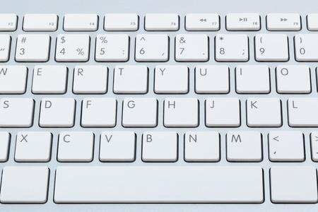 клавиатура: современная белая клавиатура крупным планом