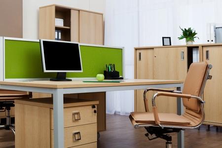 近代的なオフィスの机の上を監視します。 写真素材