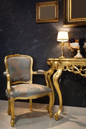 muebles antiguos: mesa con la fruta en un apartamento de moda Editorial