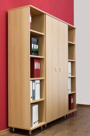 Bücherregal mit Ordnern in einem modernen Büro