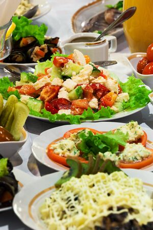 una buena ensalada fresca en la tabla de vacaciones Foto de archivo - 12958130