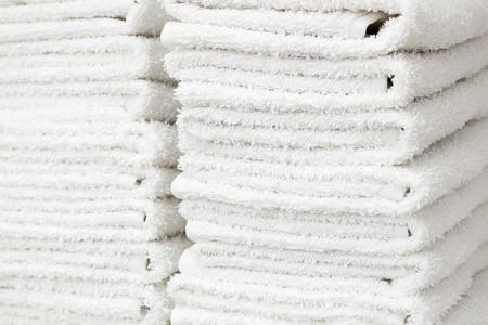 bílé a nadýchané ručníky v salonu krásy