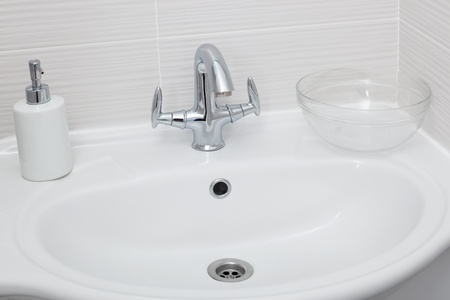 sink drain: The beautiful and shining faucet in a modern bathroom