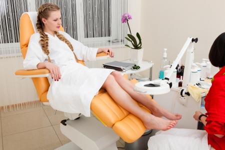 belle fille dans un salon de beauté moderne