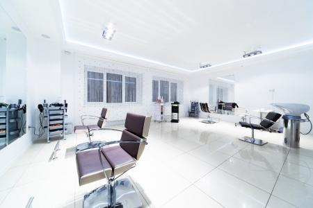 Stühle und Spiegel in der modernen Friseur- Standard-Bild