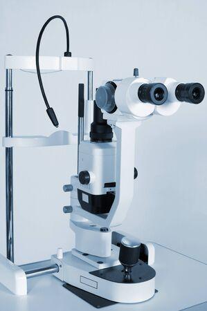 oculista: Microscopio moderno y de gran alcance para las investigaciones médicas