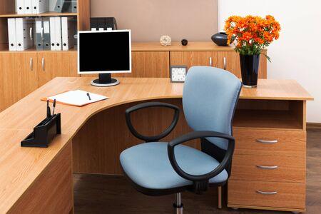 Le moniteur sur un bureau au bureau moderne