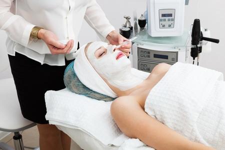 salon de belleza: colocaci�n de mascarilla en el sal�n de belleza moderna Foto de archivo