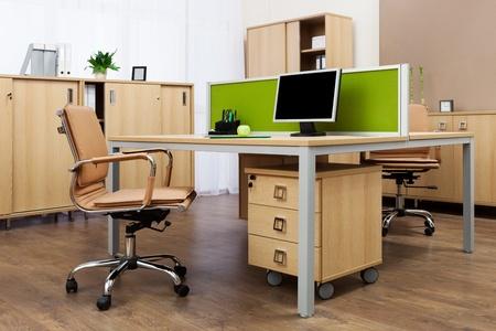 muebles de madera: monitorear en un escritorio en una oficina moderna
