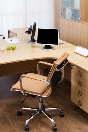 monitores en un escritorio en una oficina moderna