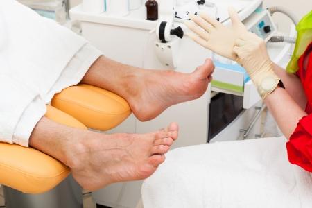 pies masculinos: pedicura pie en un salón de belleza moderna Foto de archivo