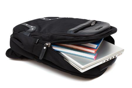mochila: mochila con un ordenador port�til y libros sobre fondo blanco