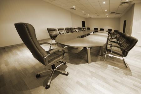 ein großer Tisch und Stühle in einem modernen Konferenzraum Standard-Bild
