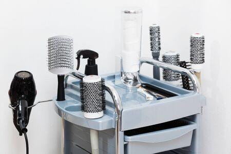 secador de pelo: conjunto de tijeras de peluquería moderna Foto de archivo