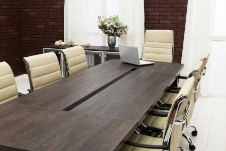 Tisch für Verhandlungen mit dem Laptop im Büro Standard-Bild