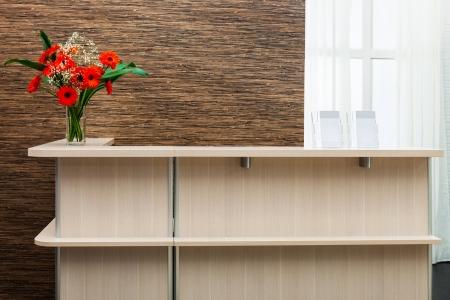 krásná recepce s kyticí na pozadí okna
