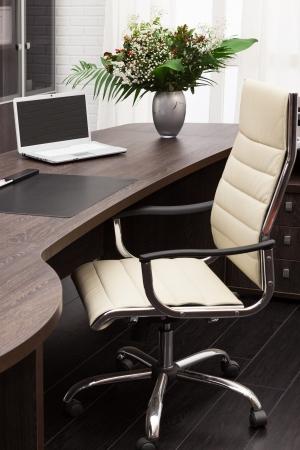 přenosný počítač na stole v moderní kancelář