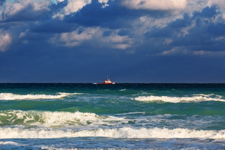 thundercloud: barca in mare in mezzo a una nube temporalesca