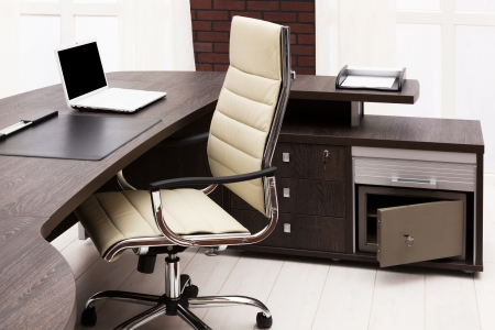 mobiliario de oficina: computadora portátil en un escritorio en una oficina moderna