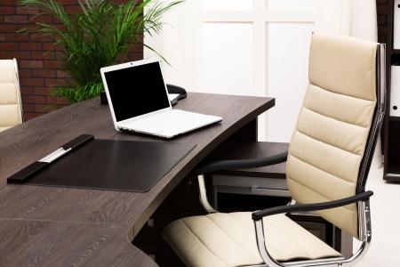 muebles de oficina: computadora portátil en un escritorio en una oficina moderna