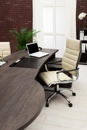 muebles de madera: computadora port�til en un escritorio en una oficina moderna