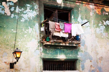 casa colonial: secar la ropa en el balcón del antiguo edificio