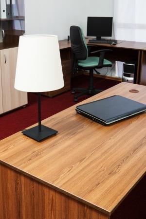 Nový přenosný počítač na stole v moderní kanceláři