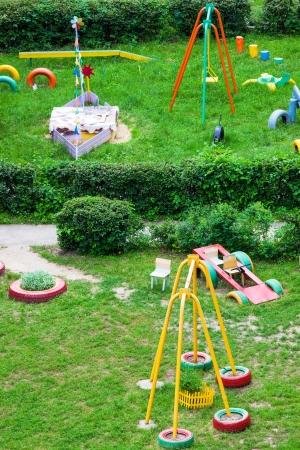 Zona de juegos para niños en el jardín en un día soleado Foto de archivo - 20990113