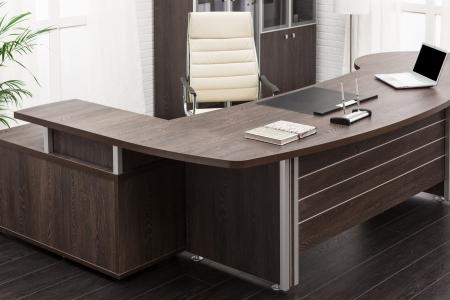 mobiliario de oficina: computadora port?til en un escritorio en una oficina moderna Foto de archivo