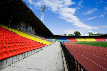 gradas estadio: Moderno estadio hermoso d?a de verano en el solar
