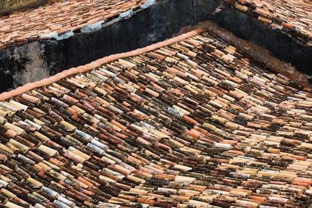 Vecchi tetti di tegole in città Archivio Fotografico - 21803356