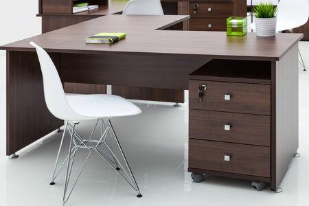 mobiliario de oficina: mesas y sillas con la reflexión sobre fondo blanco Foto de archivo