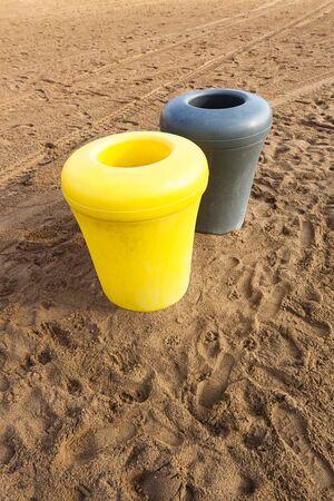 botes de basura: botes de basura en la playa de arena Foto de archivo